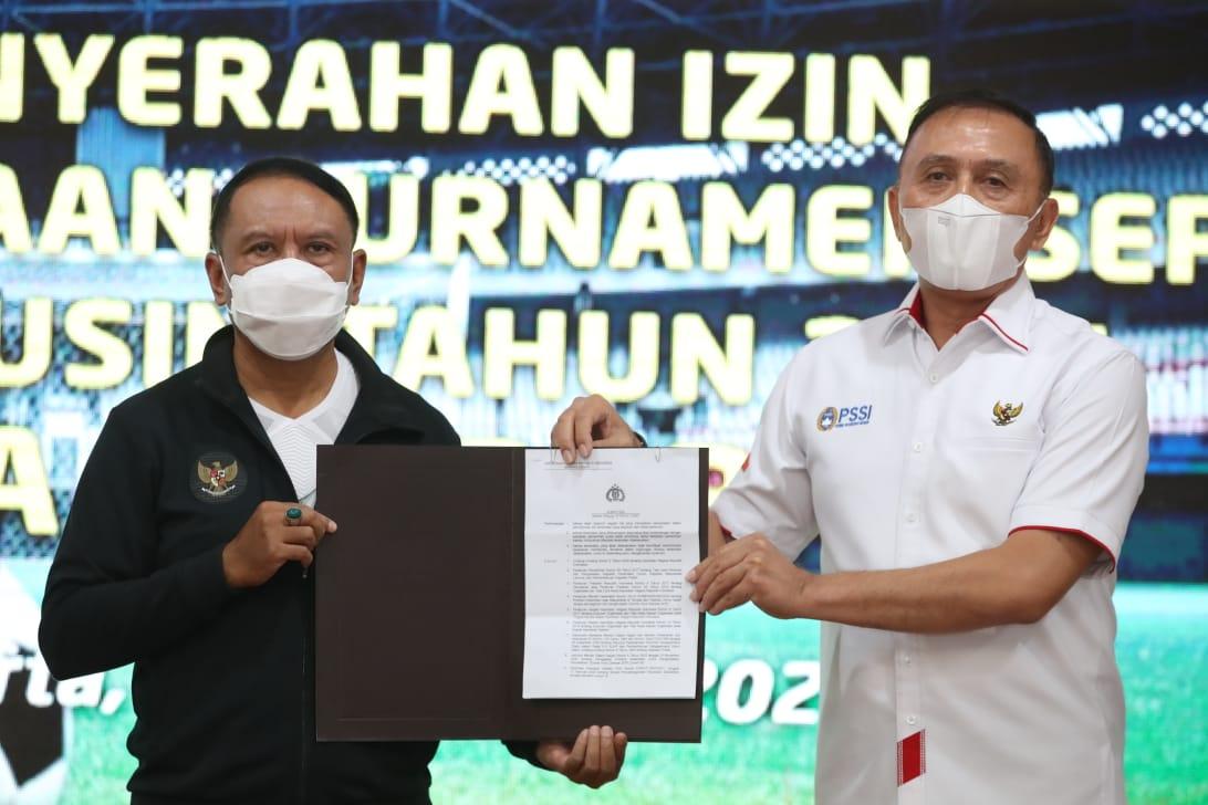 Menpora Amali Serahkan Izin Penyelenggaraan Piala Menpora 2021 kepada PSSI