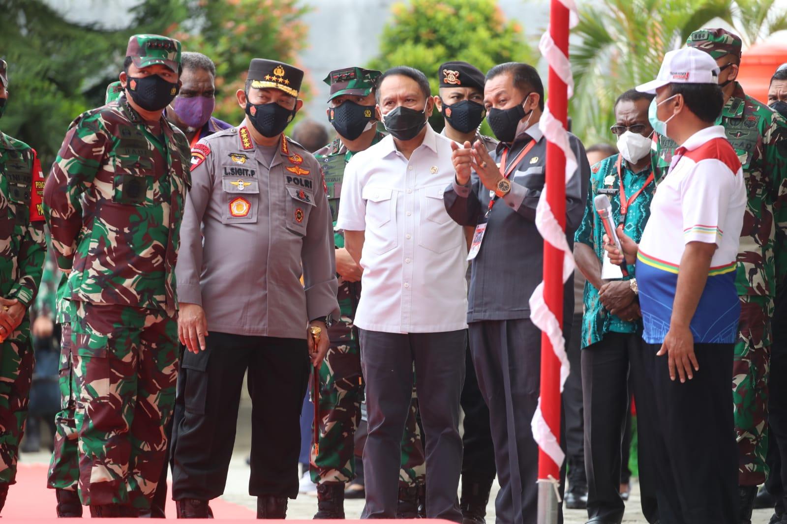 Bersama Kapolri & Panglima TNI, Menpora Amali Tinjau Vaksinasi Covid -19 di sekitar Venue PON Papua