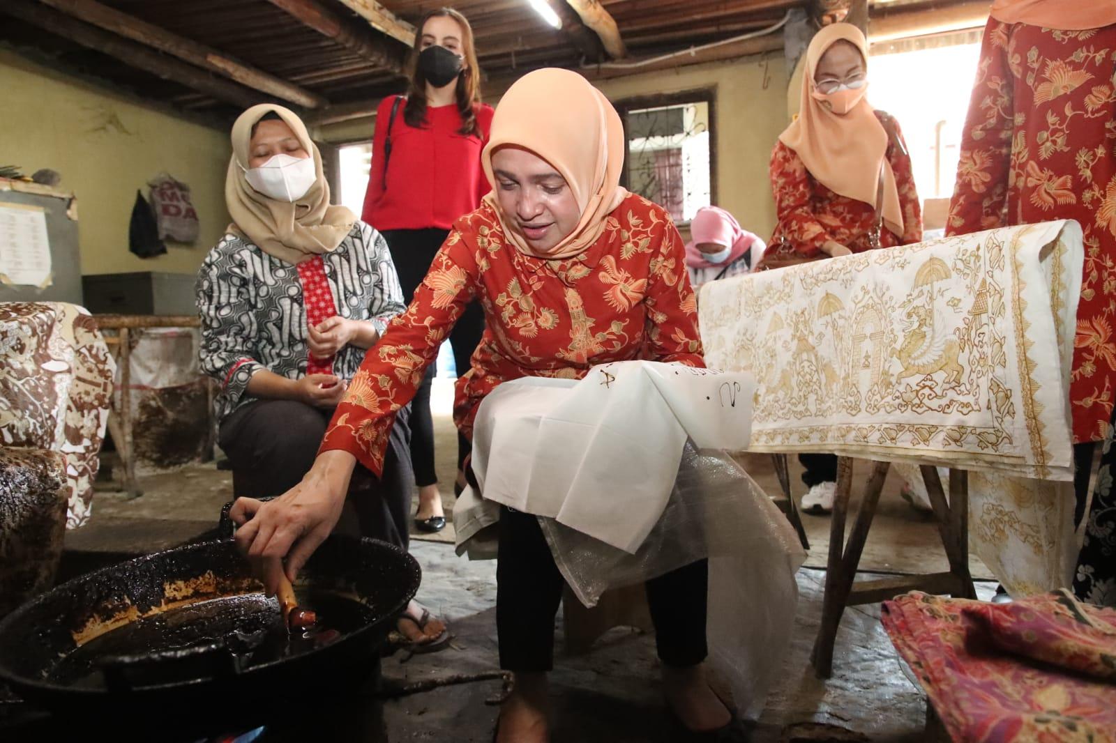 Penasehat DWP Kemenpora Beri Motivasi Pengrajin Batik di Cirebon untuk Semangat Berjuang Ditengah Covid-19