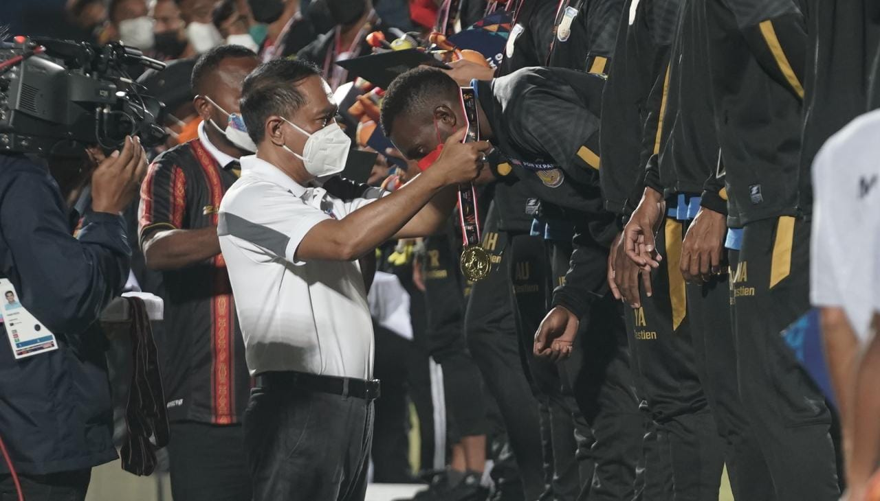 Papua Juara Cabor Sepak Bola PON XX, Menpora Amali Turun Kalungkan Medali